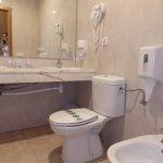 el water no deja acceder al lavabo, grande pero mal arpvechado, limpio pero el agua de la ducha