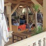 bajodel hotel bar una persona durmiendo en la terraza , que da mal aspecto y cantaron toda la no