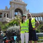 Devant le Palais Longchamp, Marseille en e-bike avec Provence Connection Tours