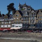 vue des hotels et restaurants avec Le Continental aux baies vitrées blanches