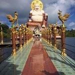 Buda numa plataforma sobre a água