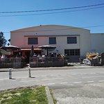 c'est un ancien garage à bateau reconvertie en restaurant , c'est étonnant sur google street