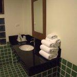 Serviettes imaculées et produits de bain.