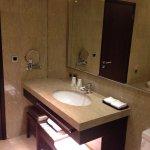 洗手台及整面的大鏡子