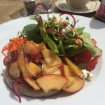 'Bratwurstschnecke mit apfel-zwiebel-confit und grossem salat'
