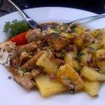 G'röschl aus Semmelknödel, Bratkartoffeln mit Speck