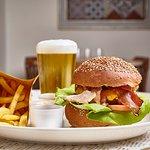 Hamburger con Bacon croccante e salsa di Avocado (Il mostro Americano)