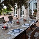 La table d'hôtes est dressée et attend nos invités