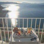 La magnifica colazione vista mare sul balconcino