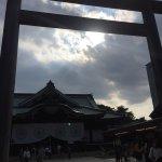 東京に来た際には毎回お参りさせて頂いている神社です。この日はとても人が多くてお天気も最高でした。賽銭箱の隣にはお供え物を置ける場所が設定してあるのでお酒やお花もお供え出来ます。 参拝は夜の18