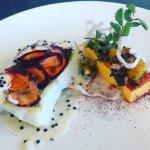 Lieu jaune, nage d'oeufs Avruga, carottes oranges et coriandre