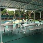 Área de parrilla y piscina