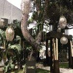 Jardines del hotel y entrada al restaurante Vambú
