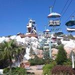 Tobogán más alto y representativo. Hay sillas aéreas tipo centro de ski para subir a la cima.