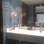 Baño amplio y muy limpio
