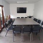 """Sala de reuniones con TV de 55""""."""