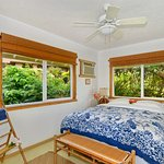 Hale Iki Cottage Bedroom (Queen bed) with garden view