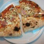 La pizza Valdostana, metà pizza capricciosa e metà calzone. Ottima per gli indecisi cronici come