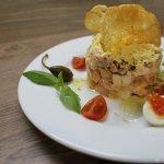 Салат Европейский. Лосось, консервированный тунец и овощи заправленные пикантым соусом.