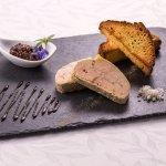 Foie Gras de canard mi-cuit au vin doux, confiture de figues et brioche tiède