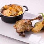 Cuisse de canard confite à l'ail et aux fines herbes, pommes de terre sautées et légumes du mome