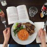 manger un wok et lire un bouquin à table