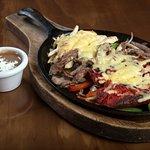 Rica combinación de arrachera, pollo, chorizo y verduras gratinadas con queso gouda.