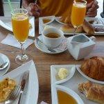 omelette légére à souhait, viennoiserie et miel, confiture locale, petit pain et Thé