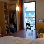 Chambre avec lit double, banquette et bureau