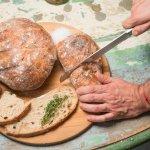 Pães artesanais (com opção de fermentação natural) disponíveis na casa.