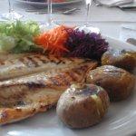 loup grillé accompagné de salade, carotte râpé , chou râpé ,patate