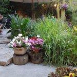 שולחנות בגינה הפורחת