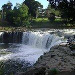 Gran vegetacion y el agua ruidosa que cae con fuerza haciendo al rio mas caudaloso. Precioso lug