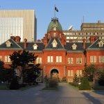 早朝の朝日を浴びて輝く北海道庁赤レンガ庁舎