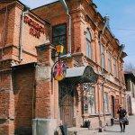 Кирпичный дом в купеческом стиле с элементами классики, построенный на рубеже XIX—XX вв..