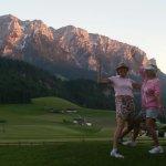 Am Golfplatz vor dem Zahmen Kaiser bei Sonnenuntergang.