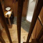 Salle de bain vue de l'escalier qui mène à la chambre