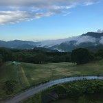 敷地内のゴルフ練習場と遠くの山並み