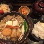จังโกะนาเบะ พร้อมข้าว กิมจิ ซุปมิโซะ และสลัด
