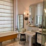 H.N. Prabhu Narain Singh Suite – Bathroom