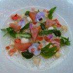 Balik Lachs, Gelierte Spargelessenz, Erdbeere & Maccadamia auf feinstem Meißner Porzellan