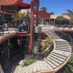 Acceso desde recepción a la zona de comedor y piscina