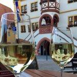 Das Glas Wein vor dem Hotel...