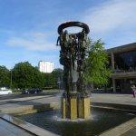 Den spændende skulptur uden for operaen