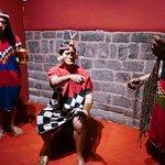 """Un """"Quipucamayoq"""" (especialista en elaborar y leer los quipus), dando testimonio"""