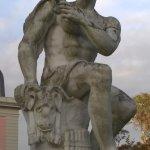 Statue an der Rückfront des Schlosses
