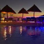 Une des plages de la piscine au coucher de soleil