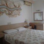 Grande chambre avec jolie décoration