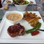 T-bone sauce aux poivres, frites maison, salades verte; Un régal