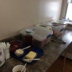 Le petit déjeuner, avec des couverts en plastique et des assiettes en carton, servi dans des gra